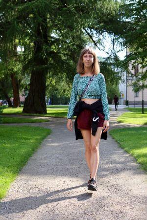 Kristina Huhtasalo promenerar i kyrkparken i Vasa.