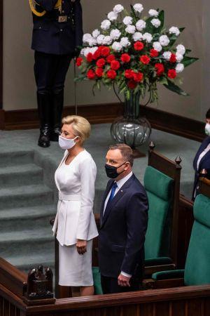Andrzej Duda svärs in som Polens president bredvid sin fru Agata Kornhauser-Duda