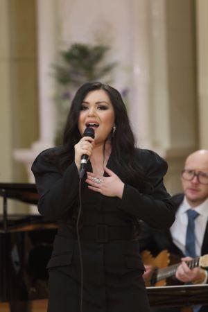 Diandra Flores sjunger, i bakgrunden gitarristen Marzi Nyman.