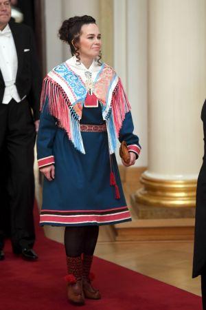 Anna Morottaja klädd i en lite modernare variant av enaresamernas festdräkt.