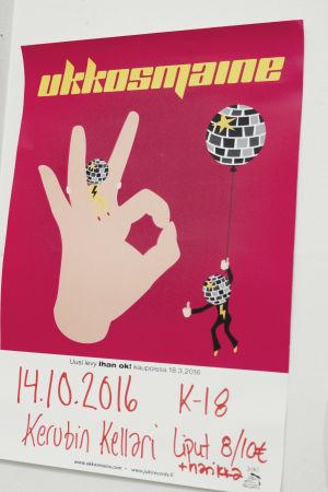 """En chockrosa affisch med discoboll och hand med tummen och pekfingret mot varandra. Text """"Ukkosmaine"""" i gult. Nedanför står information om tid och plats för spelning."""