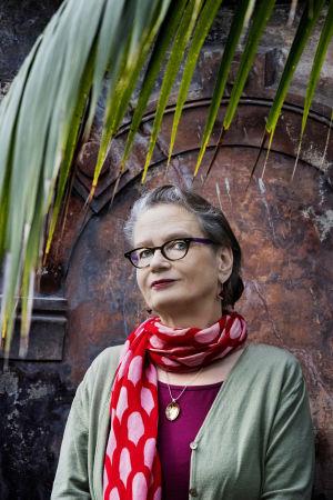 Bild på Pia Ingström med halsduk virad runt halsen.