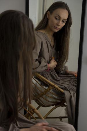 Porträttbild av Kajsa Quinterno fotad via en spegel.