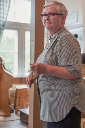 Koulumuseon opettaja Päivi Hakoma pitää karttakeppiä käsissään.