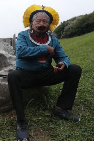 Mötet har sammankallats av Kayapo hövdingen Raoni Metuktire som betraktas som en levande legend i kampen för Amazonas