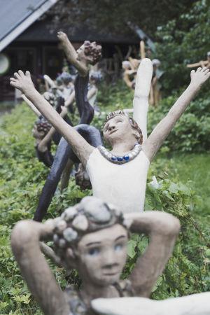 Tanssivia lapsia esittäviä patsaita.