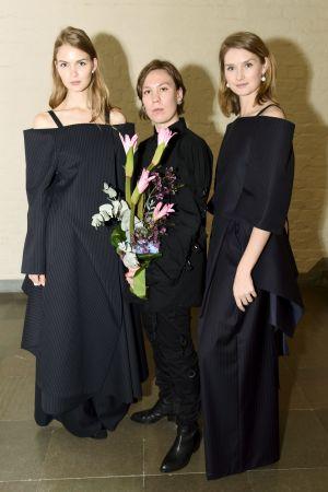 tre kvinnor i svart