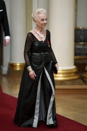 Kvinna i svart klänning