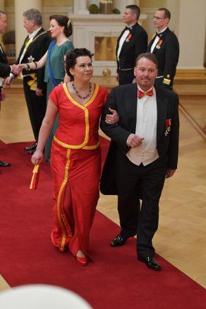 Kvinna i röd klänning och man i frack