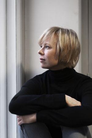Skådespelaren Alma Pöysti sitter vid ett fönster.