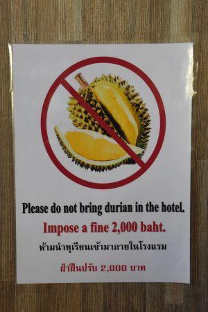 Det är vanligt att det är förbjudet att ta med sig durian till hotellrummen i Sydostasien. Lukten kan störa de följande gästerna.