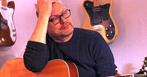 Niklas Nylund i sin studio i Borgå.