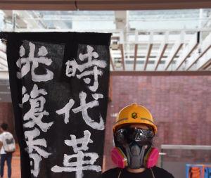 En militant studerande uppmanar alla kolleger att bojkotta föreläsningarna. Han såg hotfull ut men han berättade snällt vad den kinesiska texten betydde.