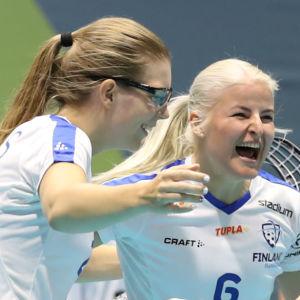 Finlands damlandslag i innebandy firar.