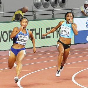 200-meterslöpare springer i en kurva.