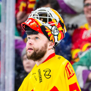 Antti Niemi blickar uppåt med hjälmen på pannan.