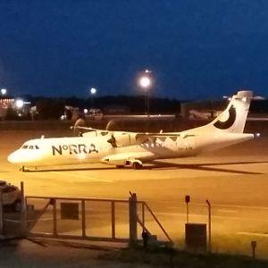 Ett Norra-flyg har landat på Åbo flygfält en sommarnatt.