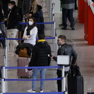 Passagerare väntar på flygplatsen i Frankfurt 21.12.2020.