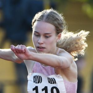 Heidi Salminen hoppar över en häck.