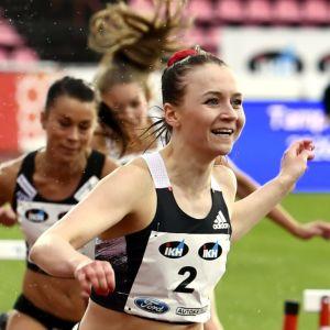 Nooralotta Neziri och Reetta Hurske springer.