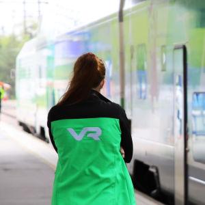 VR:n konduktööri Kouvolan rautatieasemalla.