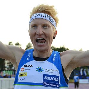 Mårten Boström firar sitt VM-guld i orientering (Svenskfinlands 50 största idrottshjältar-stämpel på bilden).