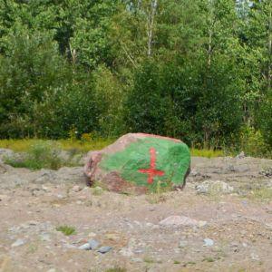 En grön och två röda stenar i Pyttis.