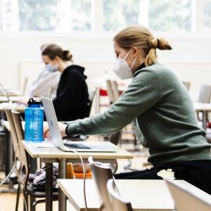 Helsingin Kallion lukion liikuntasalissa tehtiin 18. maaliskuuta vieraan kielen lyhyen oppimäärän ylioppilaskoe.