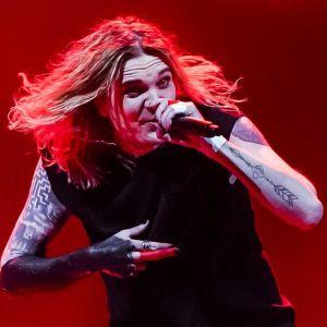 Blind Channel uppträder på en rödfärgad scen.