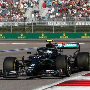 Valtteri Bottas kör framför Max Verstappen.