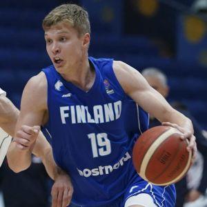 Elias Valtonen med bollen i EM-kval mot Serbien.