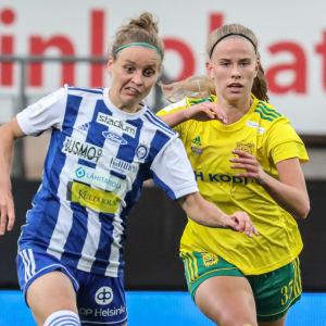 Essi Sainio och Armi Heikkilä i kamp om bollen.