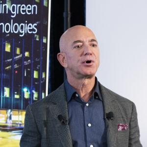 "Jeff Bezos fotograferad under presskonferens. I bakgrunden syns texten ""The Climate Pledge""."