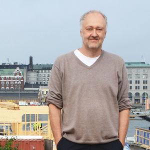 Raoul Grünstein står på uteservering på Skatudden.