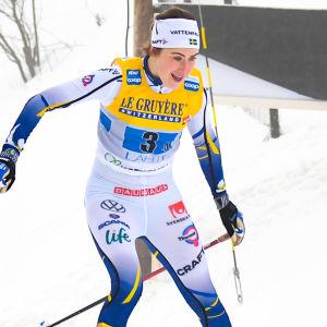 Ebba Andersson kör stafett i Lahtis.