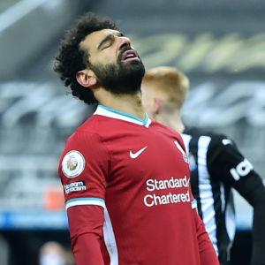 Roberto Firmino och Mohamed Salah är besvikna i Liverpool.