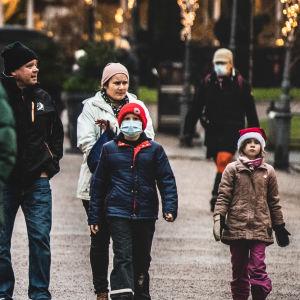 Ihmisiä kävelyllä Esplanadin puistossa.