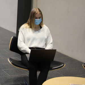 Jenni Hirvonsalo tekee töitä tietokoneella Oulun yliopistolla.