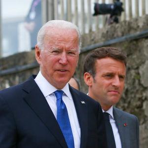 USA:s president Joe Biden och andra G7- och EU-ledare promenerade upp från stranden i Carbis Bay efter att de fotograferats där på fredagen.