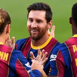 Lionel Messi firar ett mål med lagkamraterna.