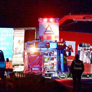 Bärgning och räddningsuppdrag pågår vid den plats där konstnären Lars Vilks dog i en trafikolycka.