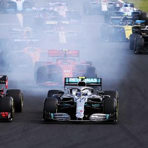 Formel 1-bilar i början av ett race.