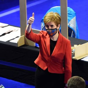 Nicola Sturgeon omringad av media.