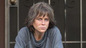 Erin Bell (Nicole Kidman) sitter på en trappa och ser trött ut.