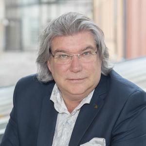 Mikael Lindfelt prorektor vid Åbo Akademi sitter i fåtölj med händerna ihop i famnen.