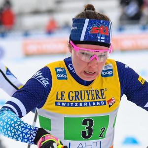 Kerttu Niskanen skidar framför Frida Karlsson.