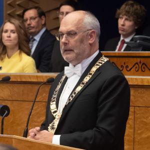Estlands president Alar Karis talar till det estniska parlamentet.