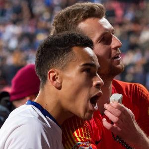 Pyry Soiri och Lukas Hradecky firar i landslaget.