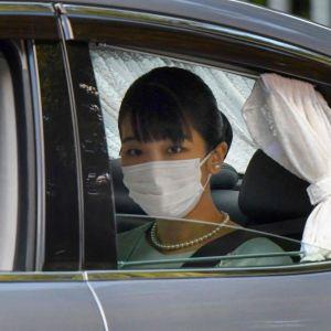 Här lämnar prinsessan Mako - eller numera Mako Komuro - det kejserliga residenset efter tisdagens vigsel.