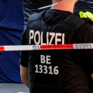 En grönskande park där det finns poliser, kriminaltekniker i vita skyddsdräkter och ett blått tält. Den georgiska medborgaren Zelimkhan Khangoshvili mördades i en park i Berlin den 23 augusti 2019.